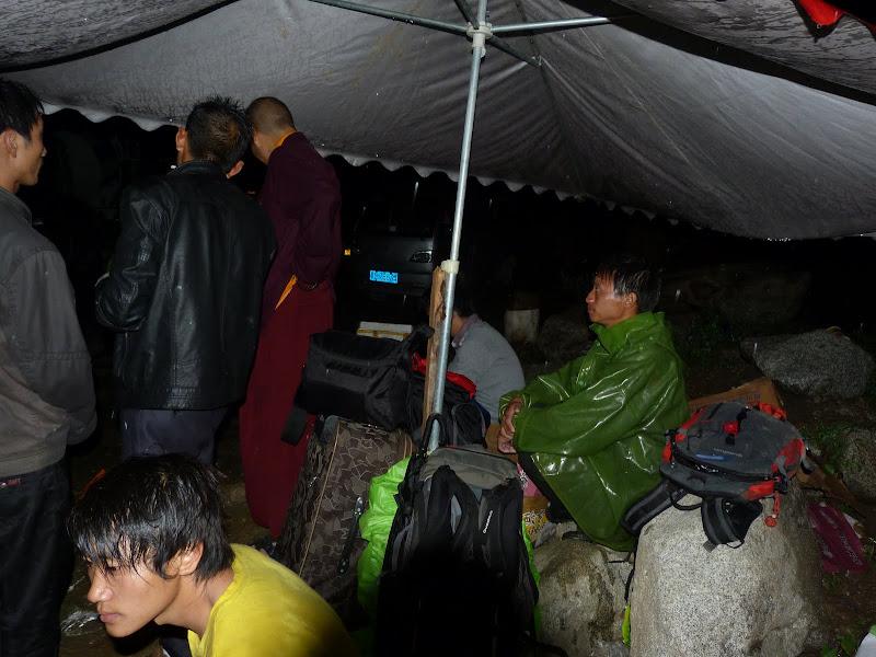 Embouteillage monstre.Bloqués.Marche de nuit 1 heure dans la boue et sous la pluie. Finalement dégagé on trouve un taxi qui vient nous chercher tous quatre de Luding. Dîner à 1 heure du matin dans une gargote sordide. Pas d' hôtel. Avons bien dormis dans l Internet café à côté de la gare. Réveil 06.00 h puis car. jusqu�à  Chengdu