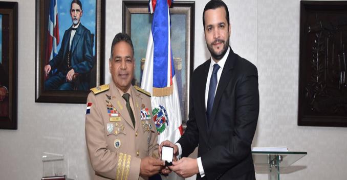 Ministro de Defensa recibe la visita del Director Ejecutivo del Consejo Nacional de Competitividad