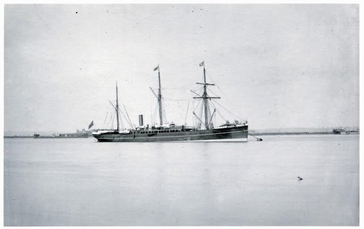 Foto del vapor SULTAN fondeado. Las dos canastas que se aprecian en el castillo son las luces de navegación. National Maritime Museum, Greenwich, London,.jpg