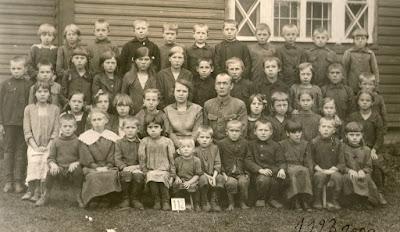 Начальная школа в Низах. 1923 г.В первом ряду справа – Ольга Грибова(из личного архива Арно Пяристе)