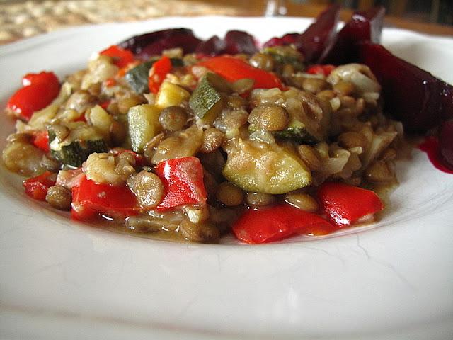 Soczewica z cebulą, papryką i cukinią