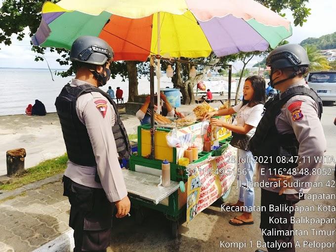 Patroli Brimob Datangi Pedagang Kaki Lima di Balikpapan
