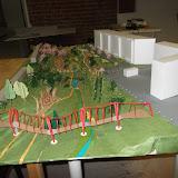 Вдоль крутых склонов необходим ограничитель, например вкопанные столбы с протянутым канатом. Не забудьте освещение моста и тропинок