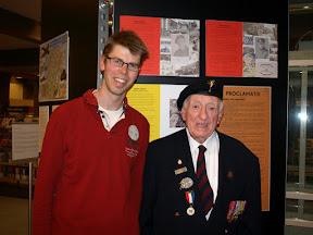 Eric Heijink, organisator van de WO2 tentoonstelling met veteraan Ray Cumbley van de Welsh Guards.