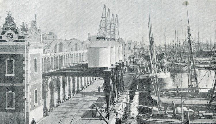 Cuatro de las gruas demi-portal del muelle de la Barceloneta. Foto de la Memoria del Puerto de Barcelona. Año 1905.jpg