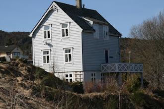 Photo: Gamalt hus på Førdesstraumen, tidligere butikk.