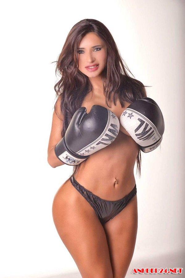 Siêu mẫu Paraguay Mirtha Sosa khoe body nóng bỏng