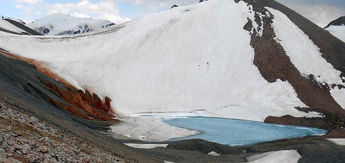 Blick vom Kongurlen-Pass auf Gletscher samt See