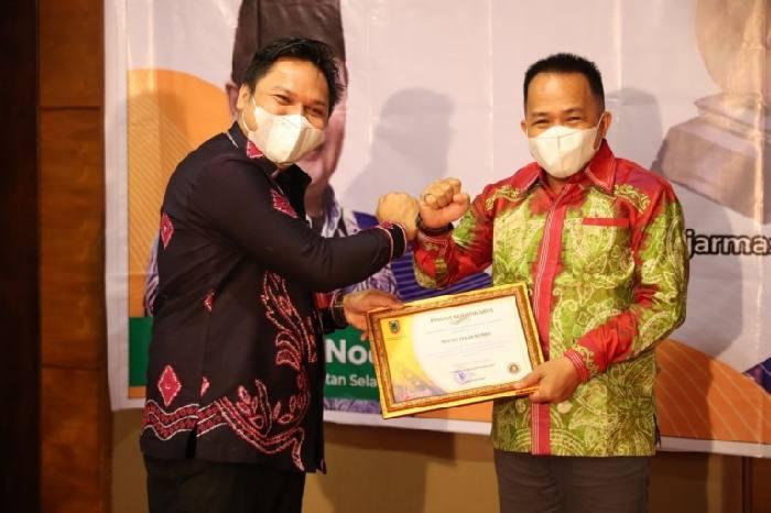 Bupati Sudian Noor menerima penghargaan Siddhakarya, terkait upanya meningkatkan daya saing dan produktivitas perusahaan dan UMKM di daerah.
