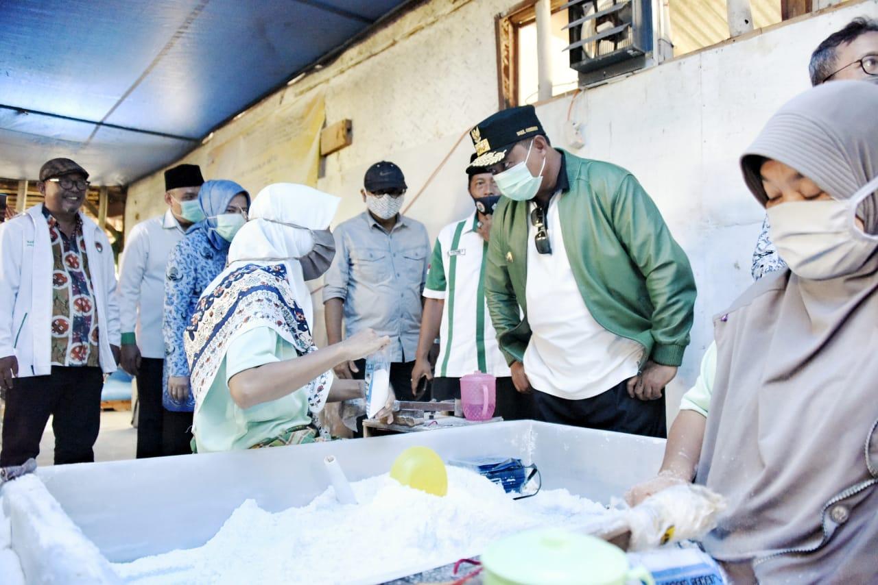 Kang Uu Ruzhanul Tinjau Sentra Garam Rakyat di Cirebon