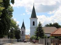 23 Előtérben a református, hátrébb a katolikus templom.JPG