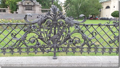 Verja en Monumento a Adam Mickiewicz. Varsovia. Polonia
