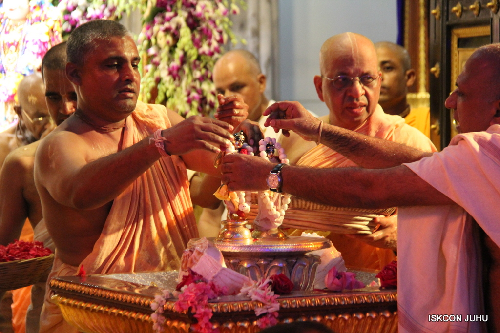 ISKCON Juhu Janmashtami Maha Abhishek on 25th Aug 2016  (28)