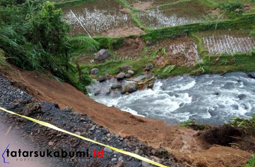 Longsor Nyaris Putus Akses Jalan di Sukabumi