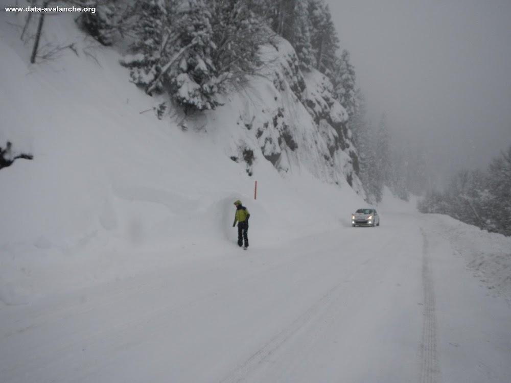 Avalanche Belledonne, secteur Le Recoin, RD111 - Route d'accès à Chamrousse Le Recoin (PR 21+850) - Avalanche n°1 CLPA St Martin d'Uriage - Photo 1 - © Conseil Général 38