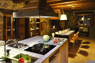 Espai cuina amb menjador Casa de vacances Barcelona
