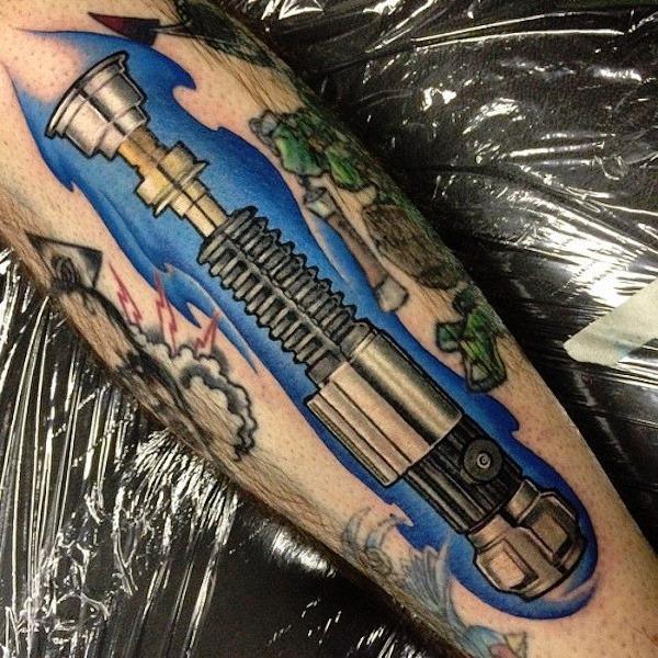 este_sabre_de_luz_do_antebraço_tatuagem