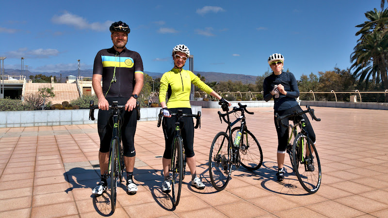 La mijloc de zi, cu zambete pe fata, cu bicicletele inchiriate pregatite si gata de drum si cu pofta de pedalat.
