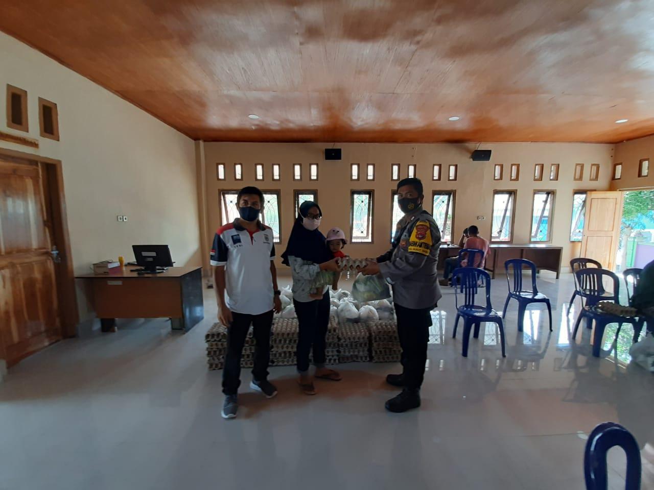 Bhabinkamtibmas Bukit Damai Kawal Distribusi Bansos Dinas Koperindag Sumbawa Barat