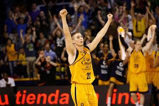 Jaycee Carroll alza los brazos en señal de victoria tras el partido. ACB PHOTO