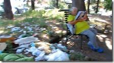 Un uomo legge il giornale su una panchina