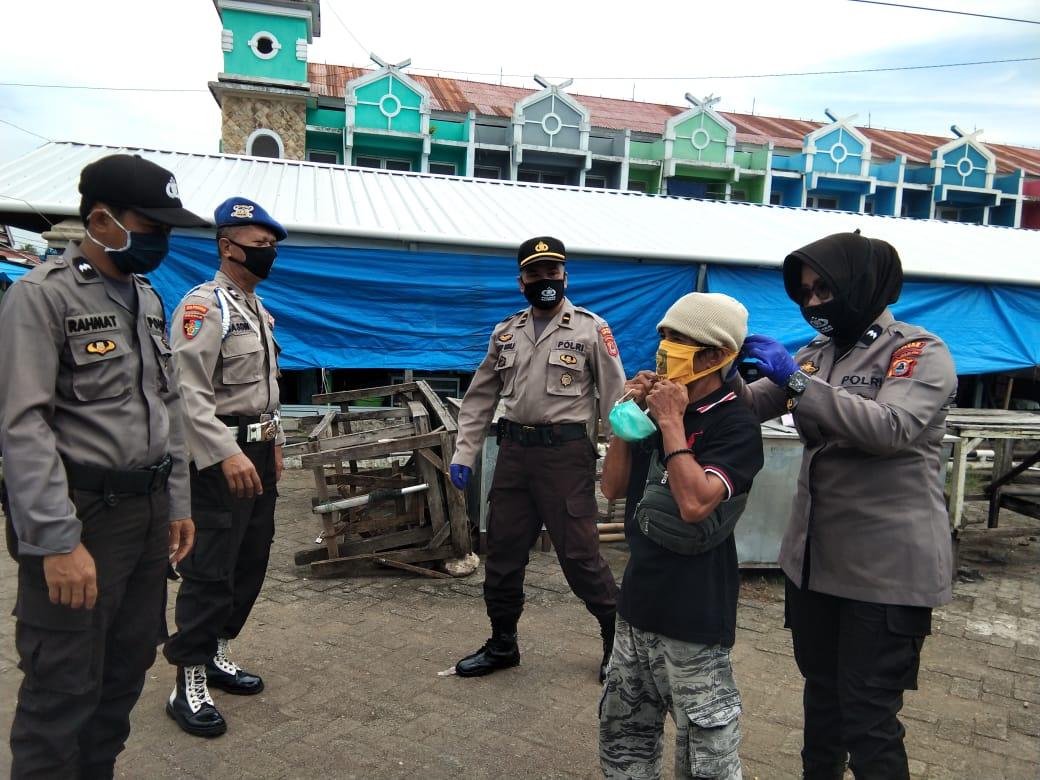 Sinergitas Sat Binmas Polres Bersama Polsek Marioriwawo Bagi Masker Cegah Covid 19 di Pasar