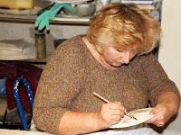 06 Kutak Adrienn a sárga máz előtt viasszal védi meg az előzőleg felvitt mázréteget.jpg