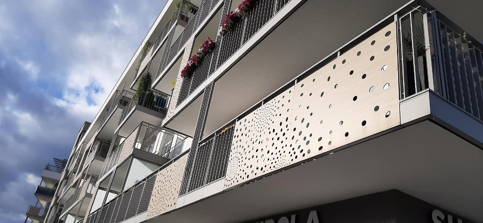 Balustrady na balkony z HPL w kolorze elewacji