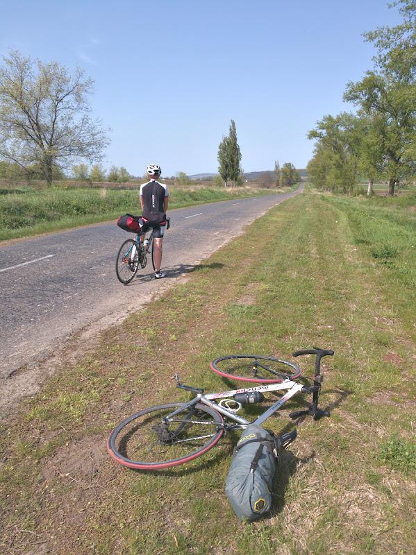 Pe partea Modoveneasca a Prutului, asfalt nu prea bun, sate saracacioase si teren surpinzator de valurit.
