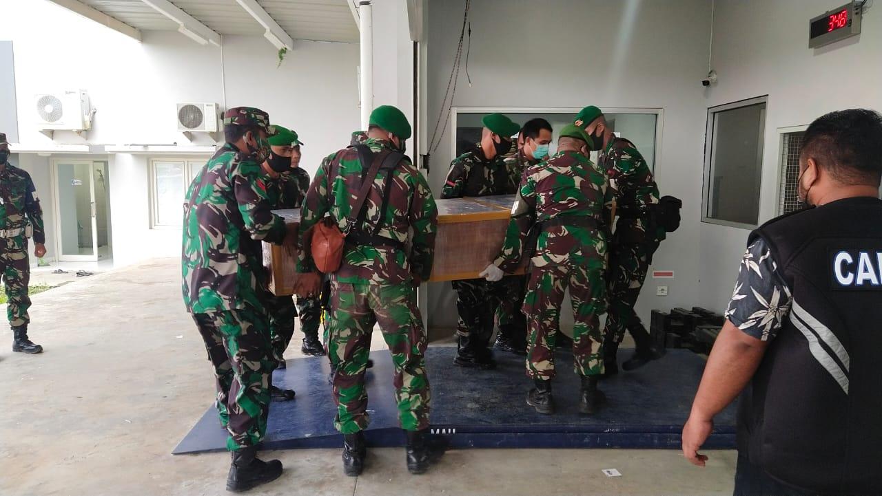 Shalawat Iringi Kepulangan Habib Jafar Al-Kaff, Anggota TNI Pikul Peti Jenazah di Bandara Samarinda