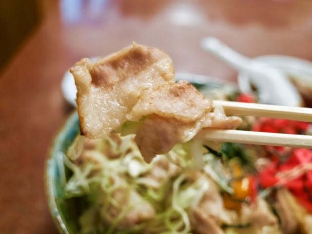豚のバラ肉の焼肉を箸で持ち上げてみた