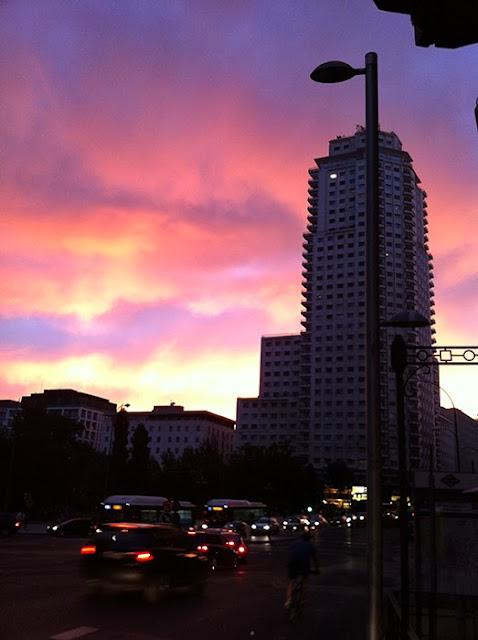 Anochecer en la Plaza de España con el cielo nublado y enrojecido