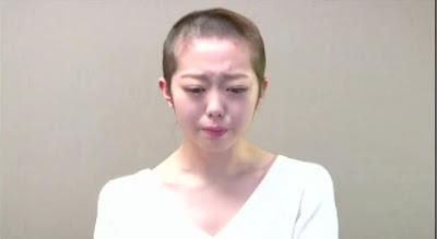 AKB48の峯岸みなみさんが熱愛報道を受けて丸坊主の頭で研修生に降格の報告と謝罪