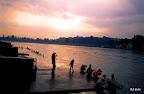 Benares. Ombres indiennes sur une rive du Gange