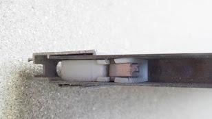 網戸の戸車が折れている