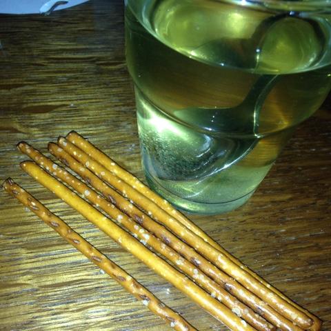 Tee mit Salzstangen