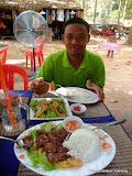 Lunch med min Tuk-Tuk förare under rundturen bland templena utanför Siem Reap, Kambodja.
