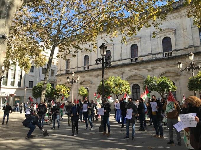 Manifestantes saharauis toman el centro de Sevilla para mostrar su apoyo a la RASD y al Frente Polisario.