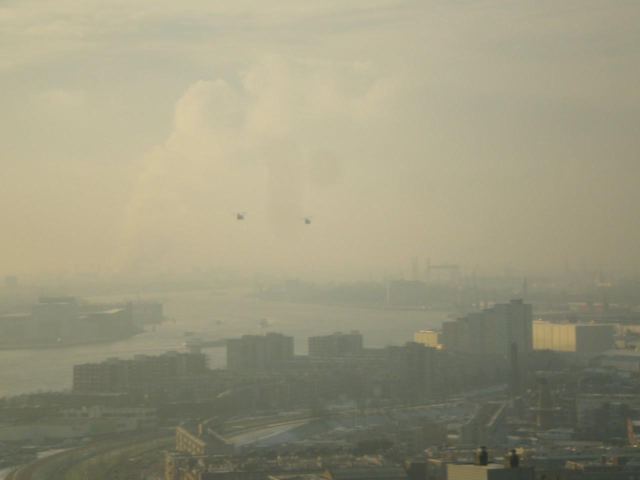 Niederländische CH53 im Tiefflug über den Hafen von Rotterdam