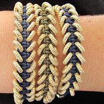 pulseira feita usando a técnica macramê e pequenas argolas