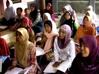 Terinspirasi Semangat Kartini, Ibu-Ibu Muda Ajari Lansia Calistung