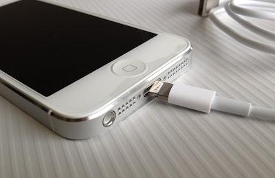 iPhone5と付属のLightningケーブル