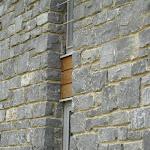 8 – Detail muur en hoeken in niet-gekantrechte breuksteen bijgesneden voor het leggen