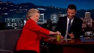 Forte et puissante : pour témoigner de sa bonne santé, Hillary Clinton ouvre une boîte de cornichons