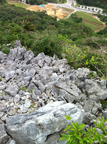 ようやく頂上へ。足元は岩だらけで不安定
