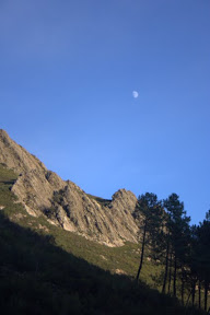 La luna asomando temprana sobre los montes de Cañamero, Extremadura
