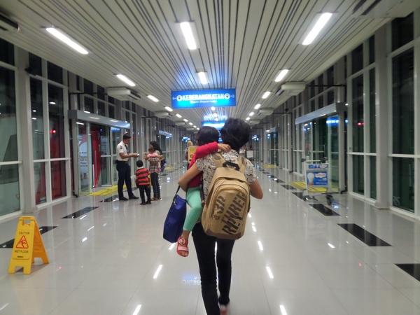 Menggendong Anak Saat Traveling