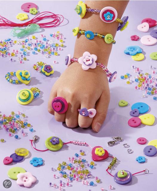 Hạt trang sức hạt nút thần kỳ Totum Buttoni giúp bé tạo nên những chiếc vòng xinh xắn