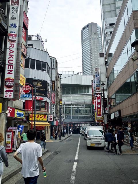 ラーメン王後楽本舗の前の渋谷道玄坂の飲食街