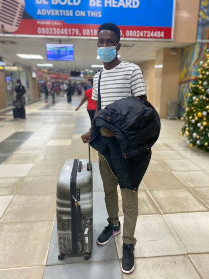 """""""I don commot my hand for anything wey concern Nigeria"""" – Man celebrates as he departs Nigeria"""